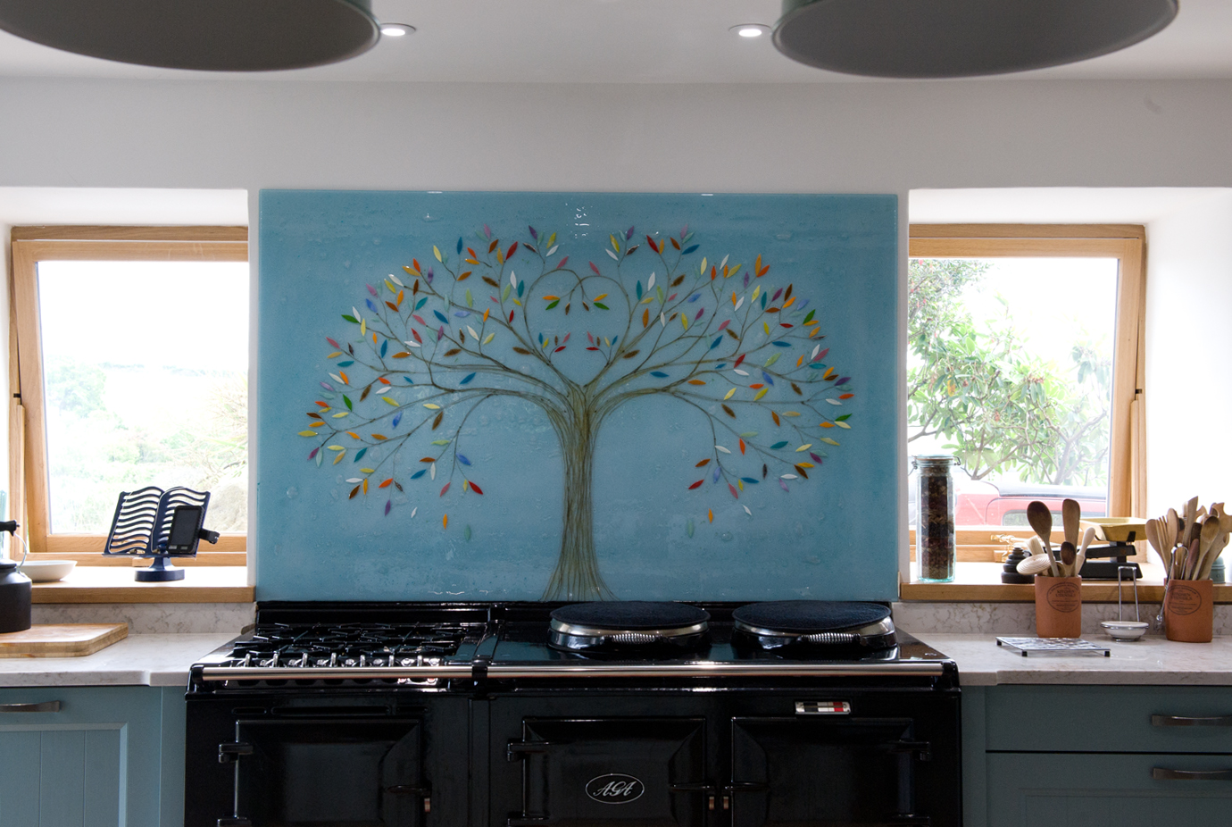 This is one of our glass splashbacks, sat perfectly in place as a centrepiece and ready to attract all the right kinds of attention!