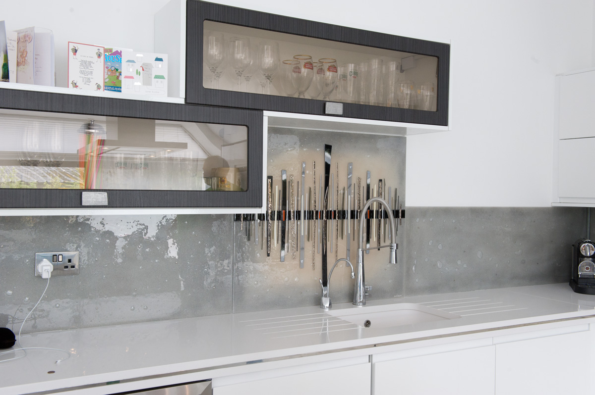 This beautiful and very neutral Dalaman splashbacks shows just what our fused glass art can do with litle colour!