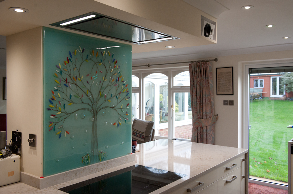 When it comes to bespoke glass splashbacks, there's no design more classic than the Tree of Life. This blue panel is a classic example!