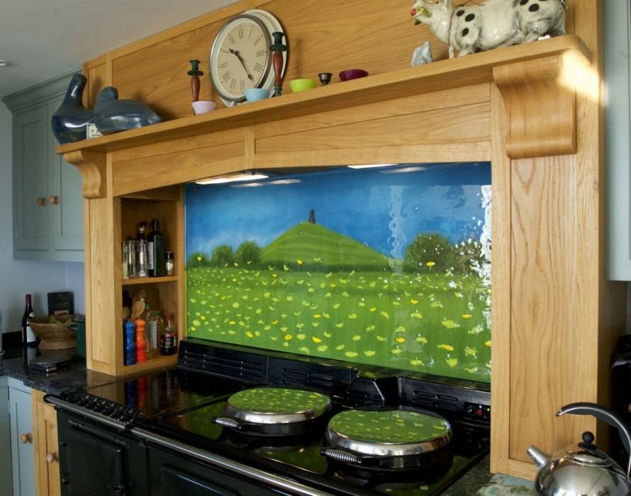 This gorgeous fused glass art splashback depicts Glastonbury Tor. A gorgeous sight to behold in any kitchen!