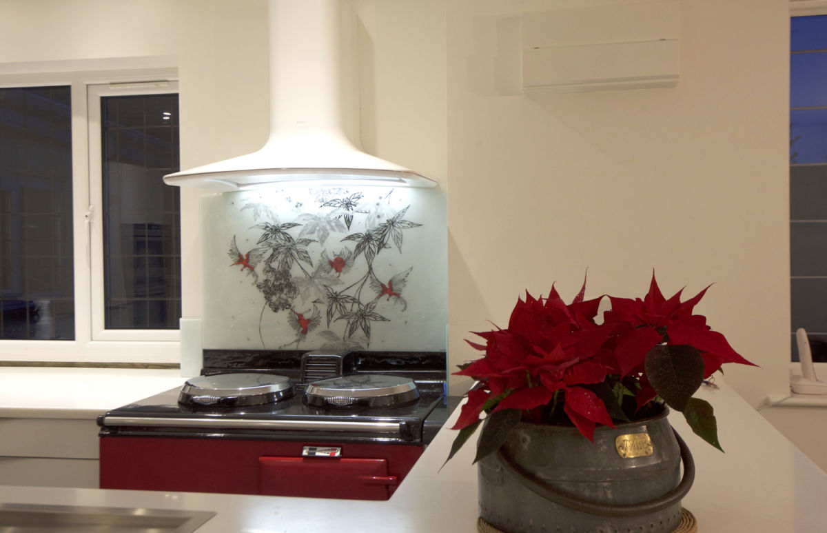 A gorgeous work of fused glass art in Lymmington. This bold splashback utilises contrast and gorgeous red hues.