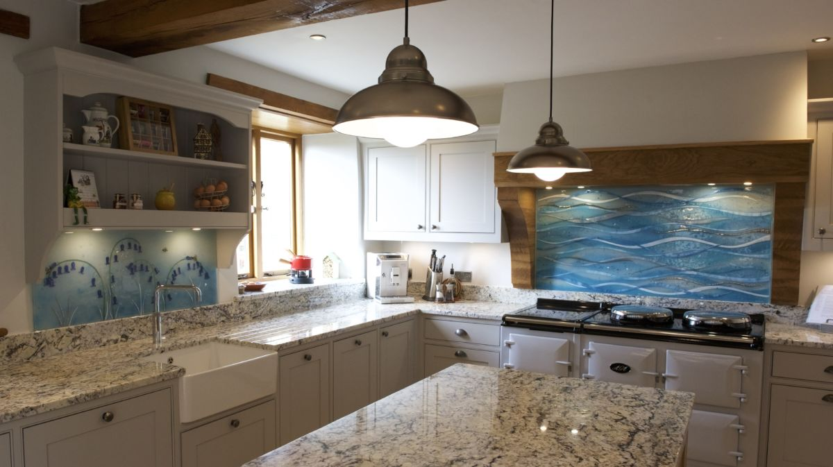 The end result of our work in Ross-on-Wye. Features two gorgeous alternatives to coloured glass splashbacks.