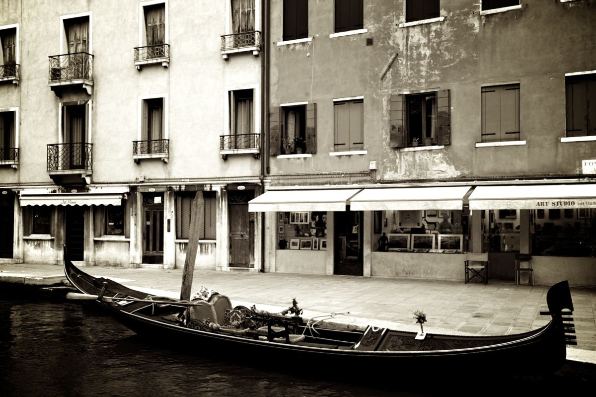 A snap of an art studio while visiting Venice on a fused glass art trip.