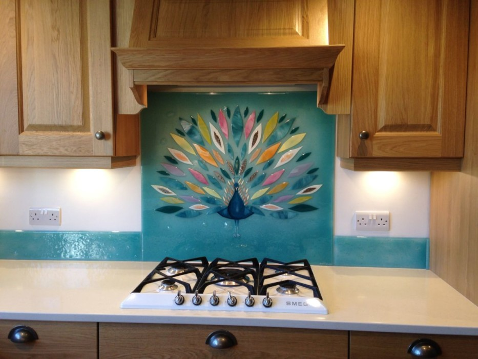 This gorgeous panel depicts a peacock spreading its feathers. A fine example of our glass splashbacks Hampshire-wide.